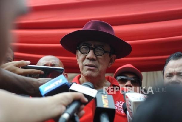 Menteri Hukum dan Hak Asasi Manusia, Yasonna Laoly memberikan keterangan kepada media usai  melakukan kunjungan stand dalam acara Festival Keimigrasian di kawasan Monumen Nasional, Jakarta, Ahad (21/1).