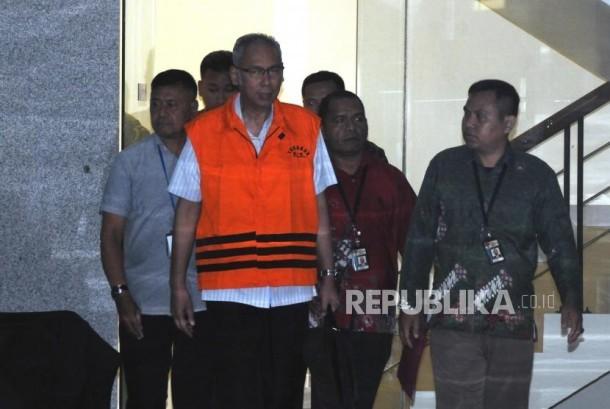 Doctor of Medika Permata Hijau hospital, Bimanesh Sutarjo, wears detainee vest after being examined at KPK office, Jakarta, on Friday (January 12).