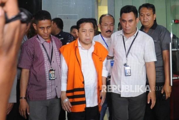 Ditahan. Ketua DPR RI Setya Novanto memberikan keterangan  di gedung KPK, Jakarta Selatan, mengenkan rompi tahanan, Senin (20/11).