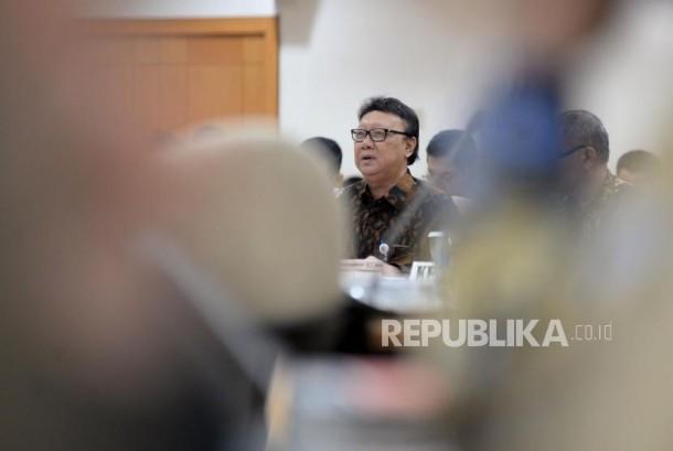 Mendagri Tjahjo Kumolo menyampaikan pendapatnya saat mengikuti rapat konsultasi dengan DPR di Kompleks Parlemen, Senayan, Jakarta, Kamis (11/1).