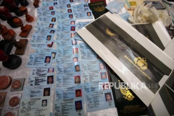 Barang bukti diperlihatkan saat rilis pengukapan kasus penadahan dan penjualan kendaraan dengan STNK palsu di Polda Metro Jaya, Jakarta, Jumat (15/12).