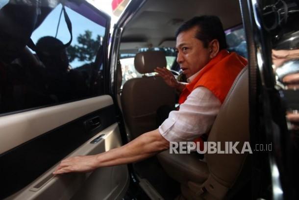 Tersangka kasus korupsi KTP Elektronik Setya Novanto didalam mobil seusai menjalani pemeriksaan di gedung KPK, Jakarta, Jumat (24/11).