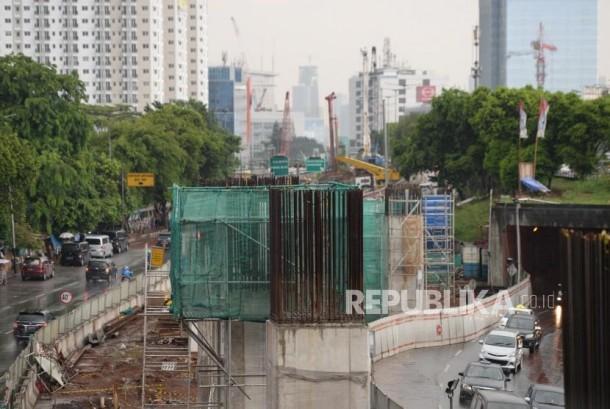Pertumbuhan Ekonomi Kuartal Ketiga. Pengerjaan proyek LRT di Kawasan Cawang, Jakarta, Ahad (12/11).