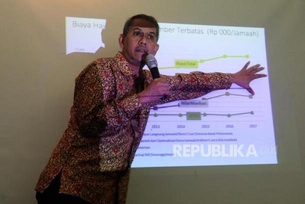 Koordinator Badan Pelaksana Pengelola Keuanga Haji Anggito Abimanyu menjelaskan Badan Pengelola Keuangan Haji (BPKH) dalam acara Indonesia Shari'a Economic Festival (ISEF) 2017 di Grand City, Surabaya, Jawa Timur, Jumat (10/11).