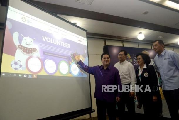 Ketua Pelaksana INASGOC Erick Thohir menunjukan web online rekrutmen volenteer pada acara peluncuran portal volunteer ASIAN Games 2018 untuk Games Times dan pengenalan seragam volunteer di Markas INASGOC, Jakarta, Kamis (18/1).