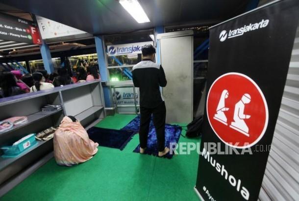 Warga melakukan shalat Maghrib di Mushala Halte Transjakarta Karet, Jalan Sudirman, Jakarta (Ilustrasi)