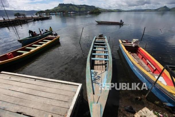 Perahu bersandar di dermaga Danau Sentani, Kabupaten Jayaura, Papua, Senin (13/11).