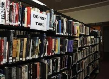 Buku di perpusatakaan.