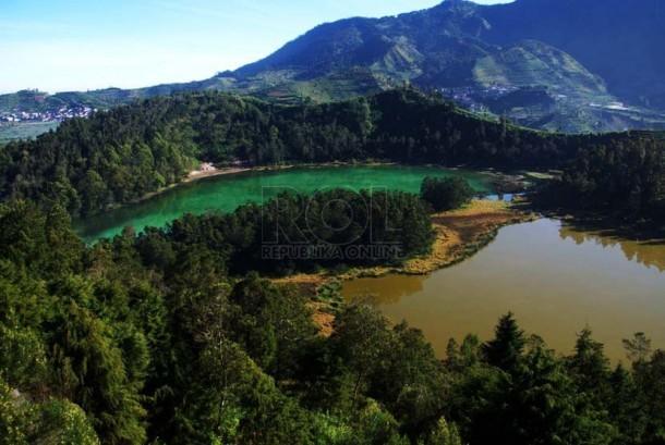 Telaga Warna salah satu objek wisata di dataran tinggi Dieng.  (foto : Wisnu Aji Prasetiyo)