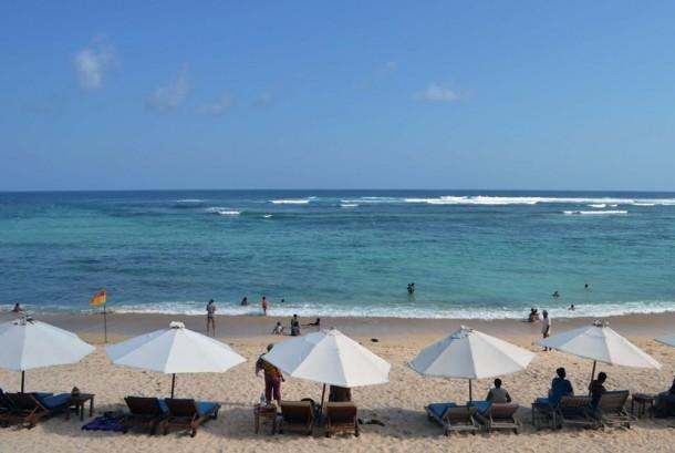 Wisatawan menikmati pemandangan di Pantai Pandawa, Kab. Badung, Bali, Ahad (2/11). (Antara/Fikri Yusuf)
