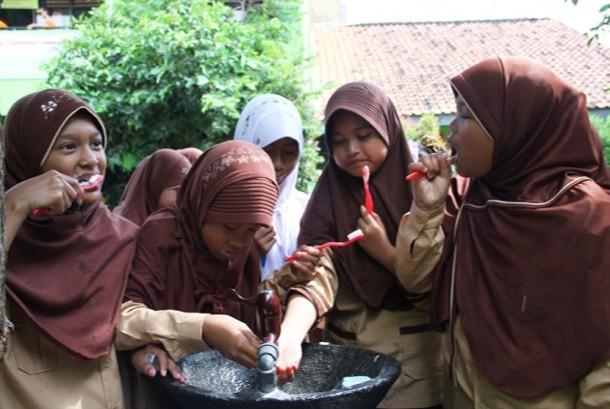 Sejumlah siswa SD menggosok gigi saat memperingati Hari Kesehatan Gigi Dunia atau World Oral Health Day di SDN Rangkapan Jaya Depok, Jumat (20/3). (foto : MgROL_39)
