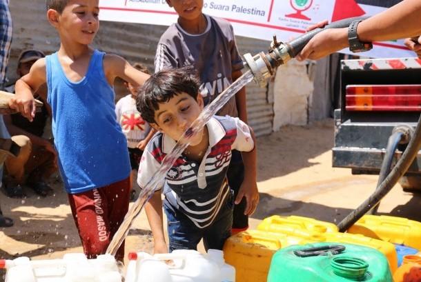 Distribusi air bersih bantuan rakyat Indonesia untuk warga Gaza Palestina (Water for Gaza), di wilayah Um Naser, Gaza Utara, Palestina, Senin (31/8).   (foto : dok. Daqu Gaza)