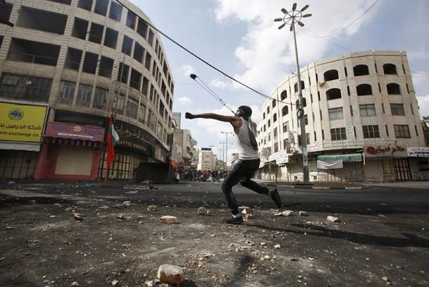 Pengunjuk Palestina bentrok dengan pasukan pendudukan Israel di Hebron, Palestina  Sabtu (10/10).  (REUTERS/Mussa Qawasma)