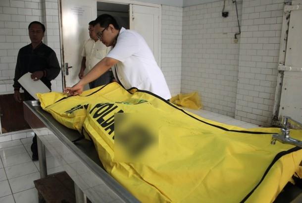 Ilustrasi petugas mengidentifikasi jenazah.