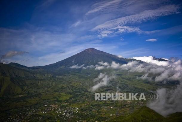 Pemandangan Gunung Rinjani dari Bukit Pergasingan, Sembalun, Lombok.  (Republika/Wihdan Hidayat)
