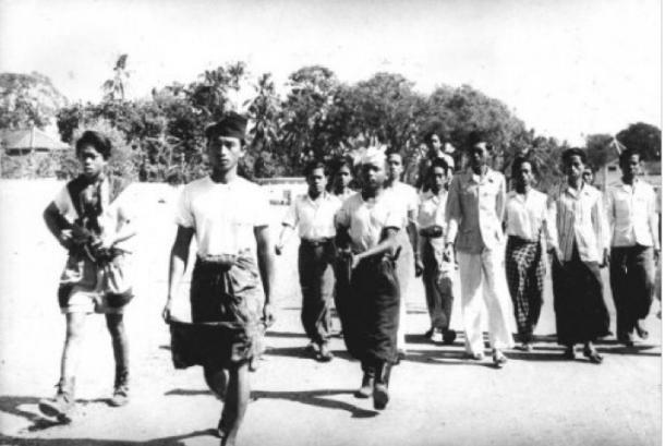 Madiun setelah pemberontakan komunis. Anggota pasukan Republik, dipersenjatai dengan senjata otomatis, untuk membawa komunis ditangkap markas mereka di lingkungan atau Madiun. 25-10-1948