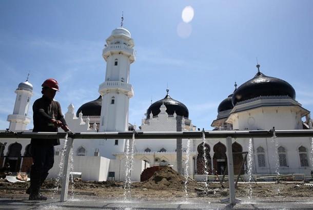 Suasana pembangunan perluasan Masjid Raya Baiturrahman di Banda Aceh, Aceh, Jumat (3/6).(Antara/Irwansyah Putra)