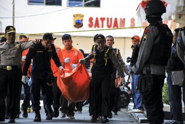 Polisi membawa kantong berisi jenazah Nur Rohman, pelaku bom bunuh diri di Mapolresta Solo, Jawa Tengah, Selasa (5/7).  (Antara/Maulana Surya)