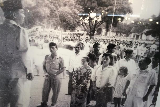 Presiden Sukarno berbicara di depan rakyat pada 1946.