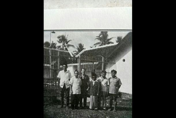 Orang-orang yang pernah dipenjara Sukarno. Dari kiri ke kanan: Mochtar Lubis, M Yunan Nasution, HJ Princen, K.H. Isa Anshary, E.Z. Muttaqien, dan (?) di penjara Jl Keagungan, Jakarta.