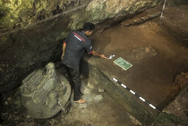 Arkeolog menandai lokasi hasil temuan eskavasi manusia purba di Situs Purbakala Gua Pawon, Kabupaten Bandung Barat , Jawa Barat, Selasa (21/3).
