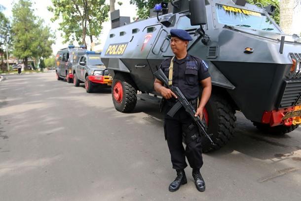 Personel Brimob berjaga di dekat pos polisi Mapolda Sumut pasca peristiwa penyerangan, di Medan, Sumatera Utara, Ahad (25/6).