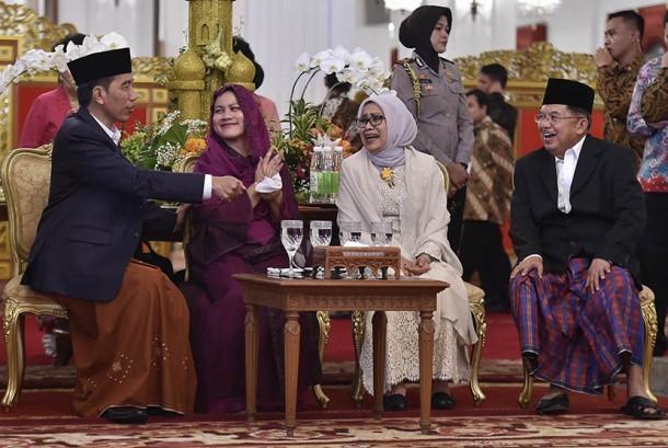 Presiden Joko Widodo (kiri) didampingi Ibu Negara Iriana Joko Widodo (kedua kiri) dan Wakil Presiden Jusuf Kalla (kanan) beserta Ibu Mufidah Jusuf Kalla (kedua kanan) berbincang di sela-sela open house Hari Raya Idul Fitri 1438 Hijriah, di Istana Negara, Jakarta, Ahad (25/6).