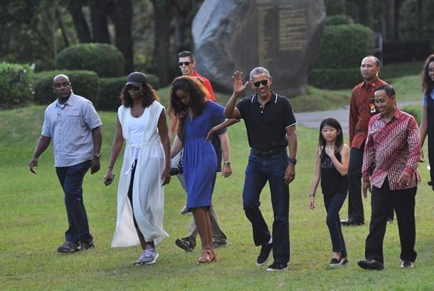 Mantan Presiden Amerika Serikat, Barack Obama (tengah) melambaikan tangan saat mengunjungi Candi Borobudur, Magelang. Setelah dari Candi Borobudur, Obama juga mengunjungi Candi Prambanan