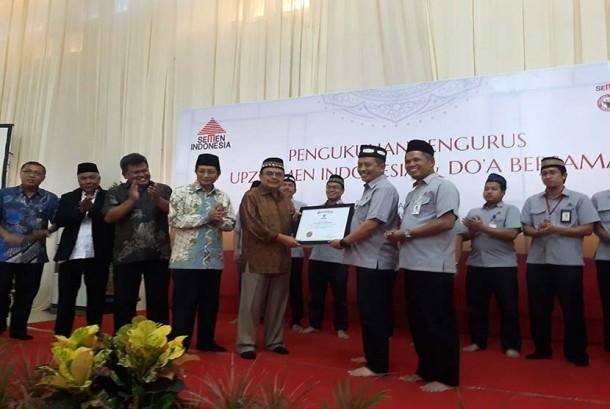 Ketua BAZNAS Prof. Dr. Bambang Sudibyo, MBA, CA mebgukuhkan Pengurus UPZ PT Semen Indonesia di Kantor Semen Indonesia, Gresik, Jawa Timur, Jumat (13/10).
