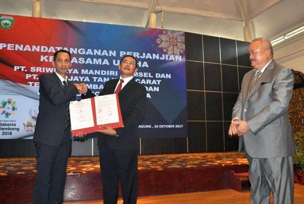 Gubernur Sumatera Selatan (Sumsel) Alex Noerdin menyaksikan penandatangan naskah kerjasama usaha antara PT Sriwijaya Mandiri Sumsel (SMS) dengan PT Sriwijaya Tanjung Carat (STC) yang ditandatangani CEO PT STC Eka Putera, Senin (16/10) di Griya Agung.