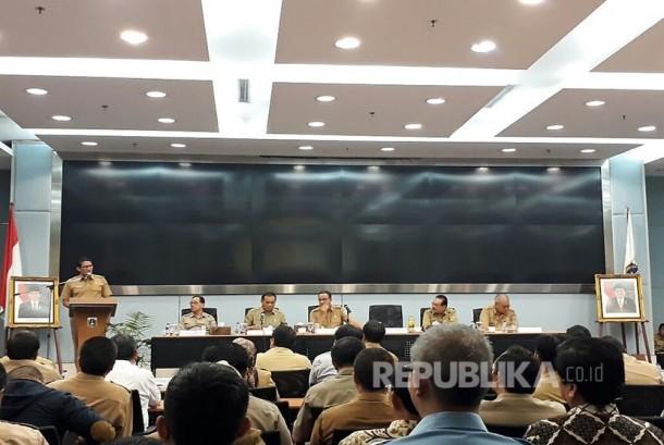 Wakil Gubernur DKI Jakarta Sandiaga Uno menyampaikan sambutan dan pengarahan dalam pengenalan SKPD di Ruang Pola Blok G Balai Kota DKI Jakarta, Selasa (17/10).