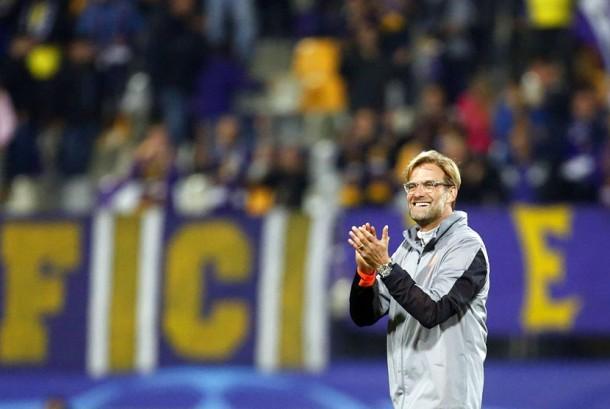 Pelatih Liverpool Jurgen Klopp merayakan kemenangan timnya saat membantai Maribor dengan skor 7-0 pada laga Liga Champions di Stadion Ljudski Vrt, Maribor, Selasa (17/10).
