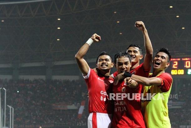 Pesepak bola Persija Jakarta, Bambang Pamungkas (kiri) melakukan selebrasi bersama tim usai mencetak gol gawang Semen Padang FC pada pertandingan Gojek Traveloka Liga 1, di Stadion Patriot Candrabhaga, Bekasi, Jawa Barat, Ahad (22/10).