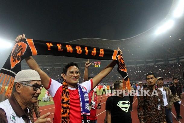 Wakil Gubernur DKI Jakarta Sandiaga Uno (kedua kiri) menyapa suporter The Jakmania.