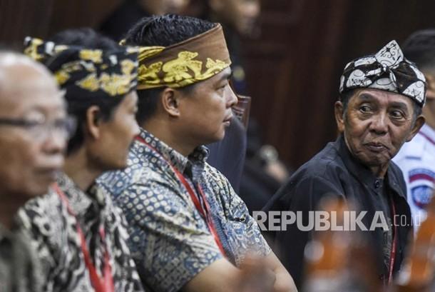Penganut kepercayaan Sunda Wiwitan menyaksikan sidang dengan agenda pembacaan putusan uji materi Undang-Undang Nomor 24 Tahun 2013 tentang Administrasi Kependudukan di Mahkamah Konstitusi, Jakarta, Selasa (7/11).