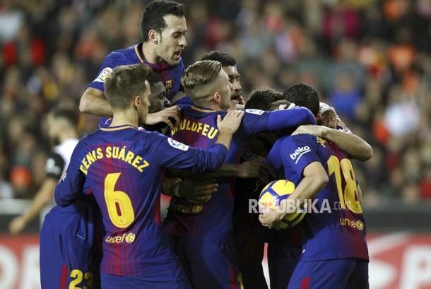 Pemain Barcelona merayakan gol pertama mereka ke gawang Valencia pada laga La Liga Spanyol di stadion Mestalla, Valencia, Senin (27/11) dini hari WIB.