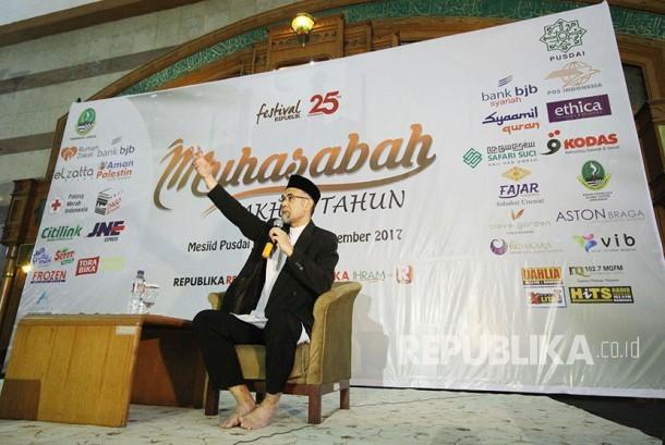 KH Asep Effendi memberikan tausyah pada acara Muhasabah Akhir Tahun yang digelar Republika Jawa Barat di Masjid Pusdai, Kota Bandung, Ahad (31/12).
