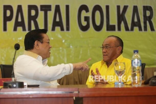 Aburizal Bakrie (kanan) bersama Agung Laksono saat menghadiri rapat konsolidasi  persiapan Munaslub di Kantor DPP Golkar, Jakarta, Kamis (4/2). (Republika/Rakhmawaty La'lang)