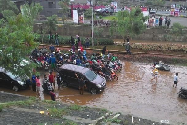 Kolong Tol JORR Jalan Raya Kalimalang Masih Terendam Banjir