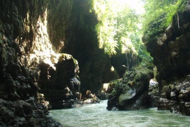 Air terjun, persawahan, gua, dinding-dinding dengan stalagmit dan stalagtit, dan pastinya air hijau tosca yang pada akhirnya membuat tempat ini dinamakan Green Canyon.