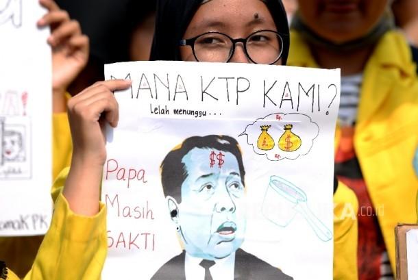 Aksi Mahasiswa Ciduk Setnov. Mahasiswa dari Aliansi UI Beraksi menggelar aksi unjuk rasa di depan Gedung KPK, Jakarta, Jumat (13/10).