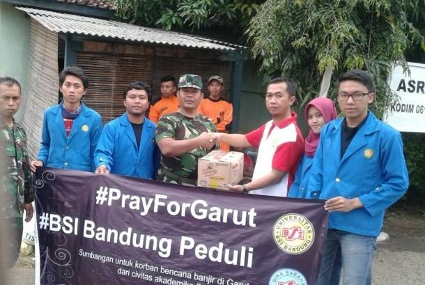 Aktivitas BEM Universitas BSI Bandung membantu korban bencana banjir Garut.