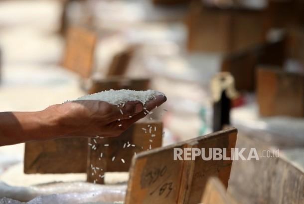 Aktivitas di Pasar Induk Beras Cipinang, Jakarta, Ahad (3/9).Pemerintah melalui Kementerian Perdagangan telah menetapkan Harga Eceran Tertinggi (HET) untuk komiditi beras yang mulai diberlakukan sejak Jumat (1/9).