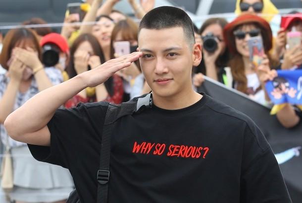 Aktor Korea Selatan Ji Chang-wook melakukan hormat militer kepada penggemarnya ketika akan menjalani wajib militer, Agustus 2017.