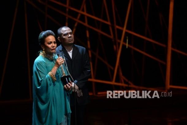 Aktris Christin Hakim memberikan sambutan usai menerima penghargaan saat Malam Puncak Festival Film Indonesia (FFI) 2016 di Taman Ismail Marzuki, Jakarta, Ahad (6/11) malam
