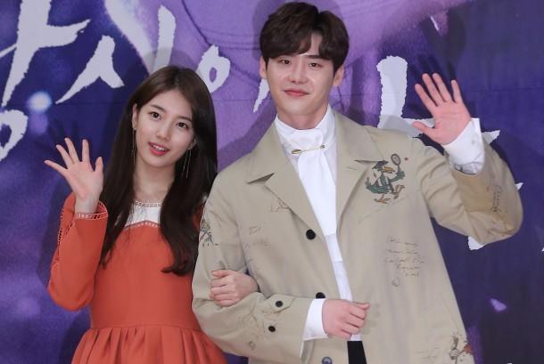Aktris dan penyanyi Korea Selatan Bae Suzy (kiri) dan aktor Lee Jong-suk (kanan) ketika mempromosikan drama terbaru mereka 'While You Were Sleeping' di Seoul, Korea Selatan, Jumat (22/9).