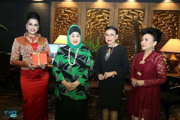 Ala Alatas (kiri) memberikan apresiasi terhadap empat wanita yang dianggap inspiratif