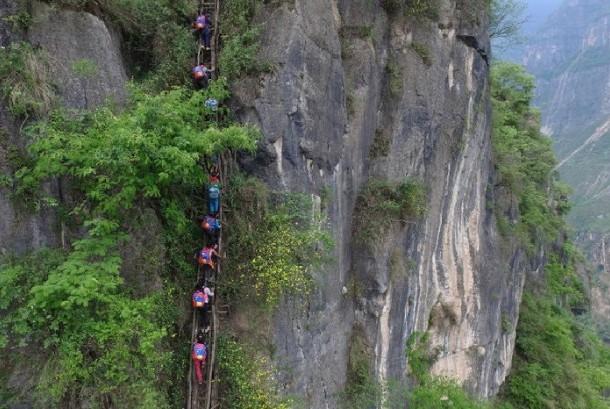 Anak-anak di Desa Atuler, Cina,  menaiki tebing untuk sampai ke sekolah mereka.