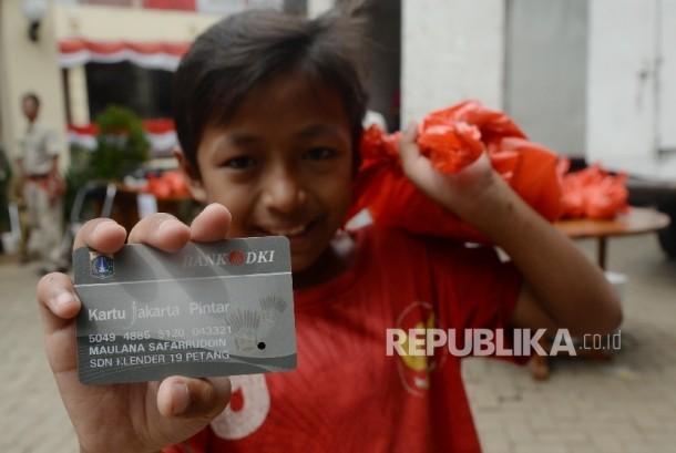 Seorang anak menunjukkan Kartu Jakarta Pintar (KJP) miliknya.  (Republika/Yasin Habibi)