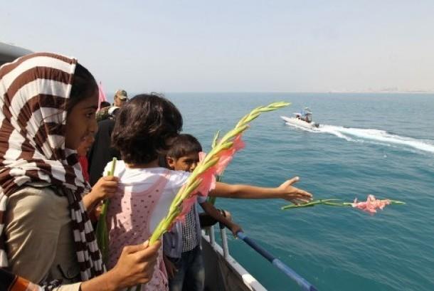 Anak-anak Iran melakukan tabur bunga mengenang ratusan korban pesawat Iran Air Flight 655 yang ditembak kapal AS di perairan Iran.